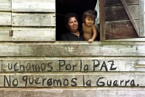 ventana_de_una_casa_donde_puede_leerse_en_graffiti__luchamos_por_la_paz_no_queremos_la_guerra_med_nicaragua_costa_rica_isla_calero_frontera_rio_san_juan1